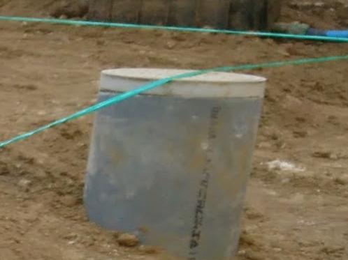 汚水桝が縄にかかってます。