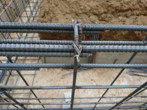 鉄筋の結合部は針金で結束