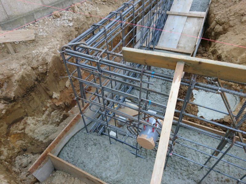 基礎コンクリートが加えられていきます。