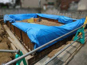 ブルーシートが掛けられた基礎コンクリート