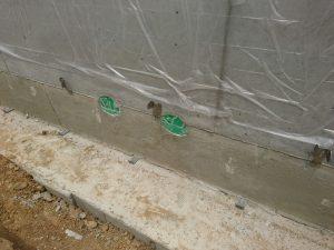 基礎コンクリートに配管される2つ穴
