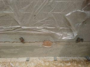 基礎コンクリートに配管される1つ穴