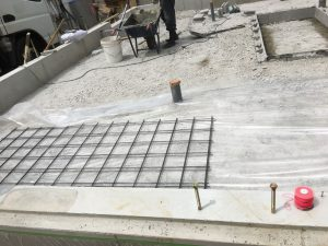 シートを敷いた上に鉄筋を並べて。