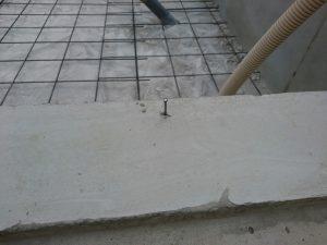 基礎コンクリートに打たれた釘