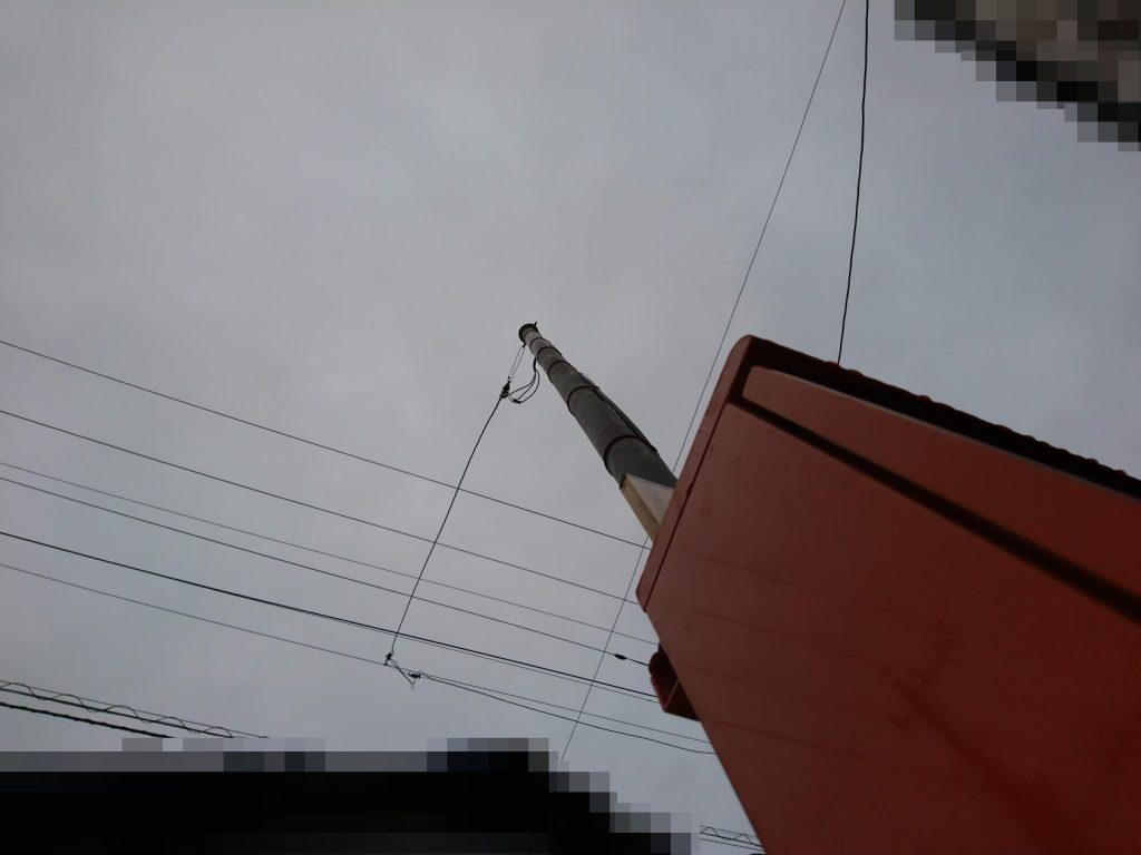 公道上の電線に繋がれた分電盤