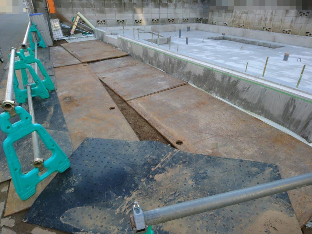 基礎の周りに鉄板が敷かれています。