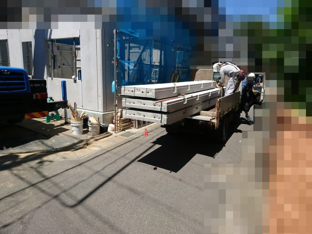 コンクリートパネルが運ばれてきました。