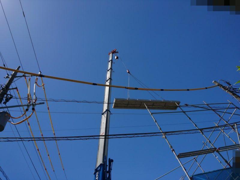 鉄筋コンクリートパネルが電線の上を通過。