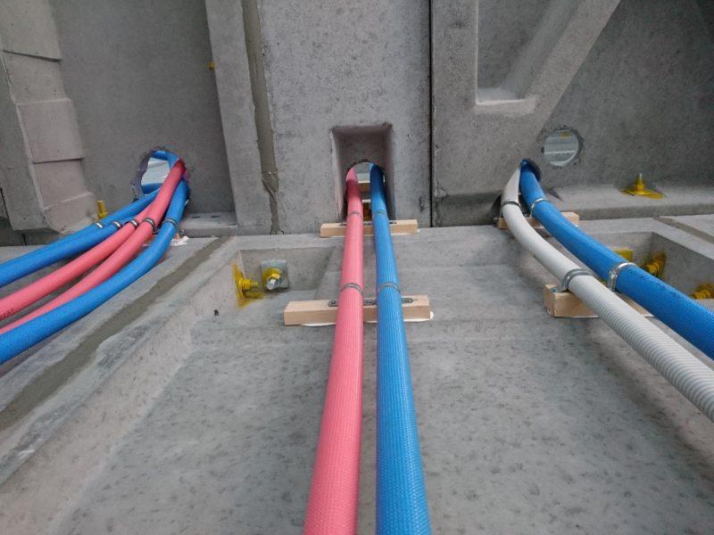 二階に通る管がありました。