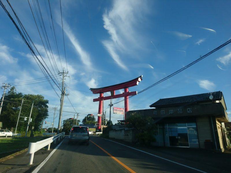 赤城神社の鳥居をクルマで通ります。