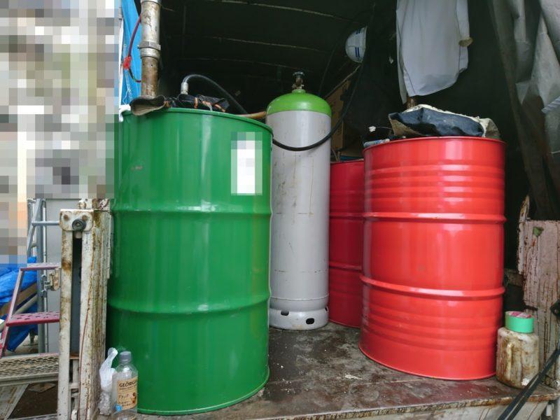 トラックの荷台に各種タンク