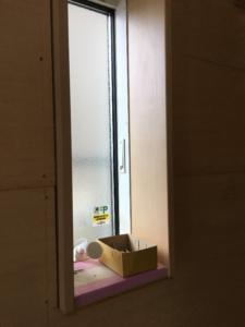 窓の周りに木枠が付けられました。