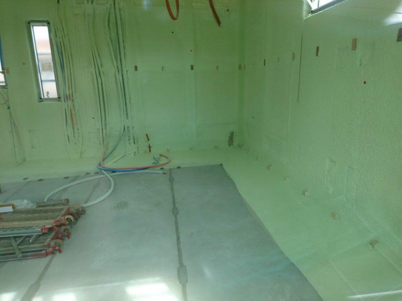断熱材アクアフォームが吹き付けられた壁