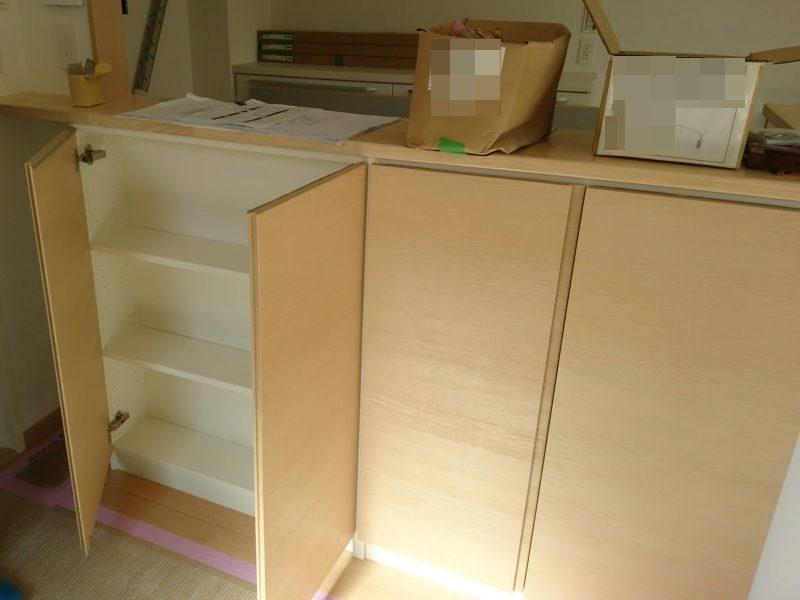 キッチンカウンターの下の扉付き収納