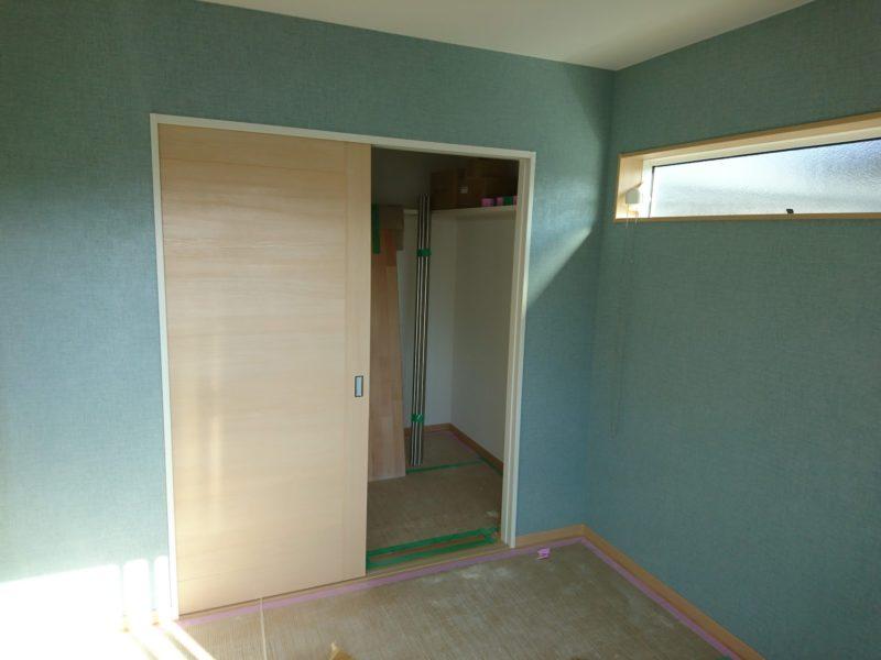 壁紙が付いた寝室
