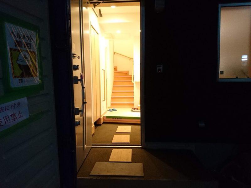 開いた玄関ドアから明かりが外へ