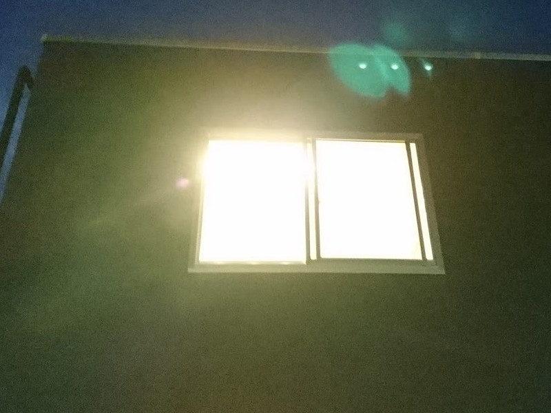 照明の明かりが外まで溢れ出す