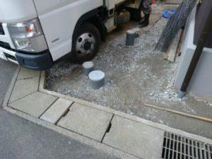 地面から突き出た管