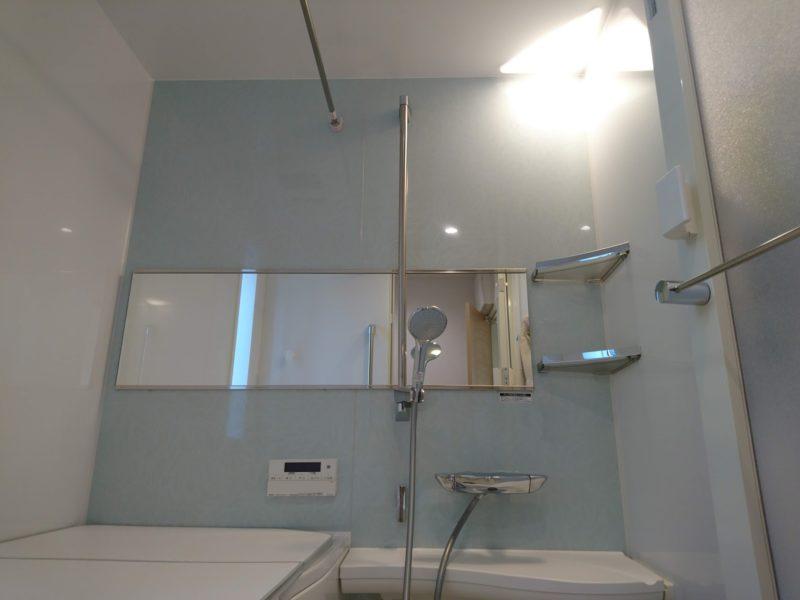 バスルームに横長のミラー