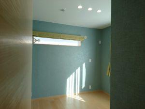 寝室の天井近くの横長窓