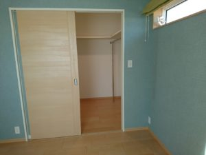 寝室のウォークインクローゼットの出入口