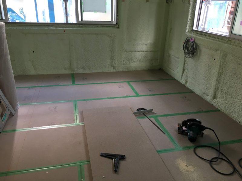 1階の床が張られました。