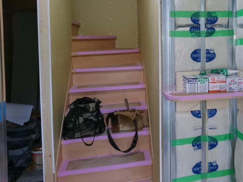 階段脇にはトイレとの壁