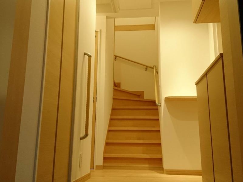 玄関正面の手すりがついた階段